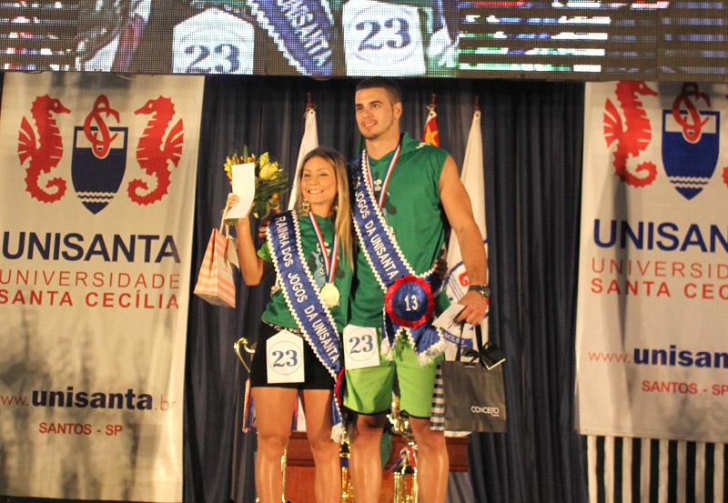 Karine Nogueira e Matheus Giora, alunos de Fisioterapia da Unisanta